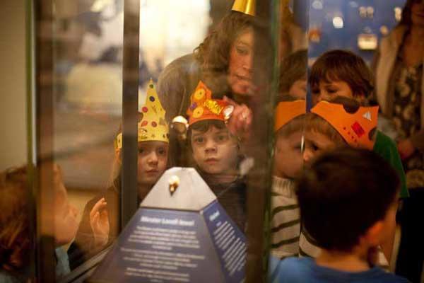 Volunteer working with children at the Ashmolean Museum in Tutankhamen exhibition